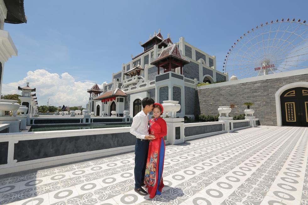 Giới trẻ ùn ùn kéo đến Đà Nẵng chụp ảnh cưới cuối tuần - Ảnh 7.