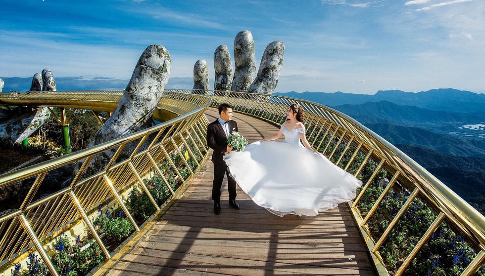 Giới trẻ ùn ùn kéo đến Đà Nẵng chụp ảnh cưới cuối tuần - Ảnh 18.