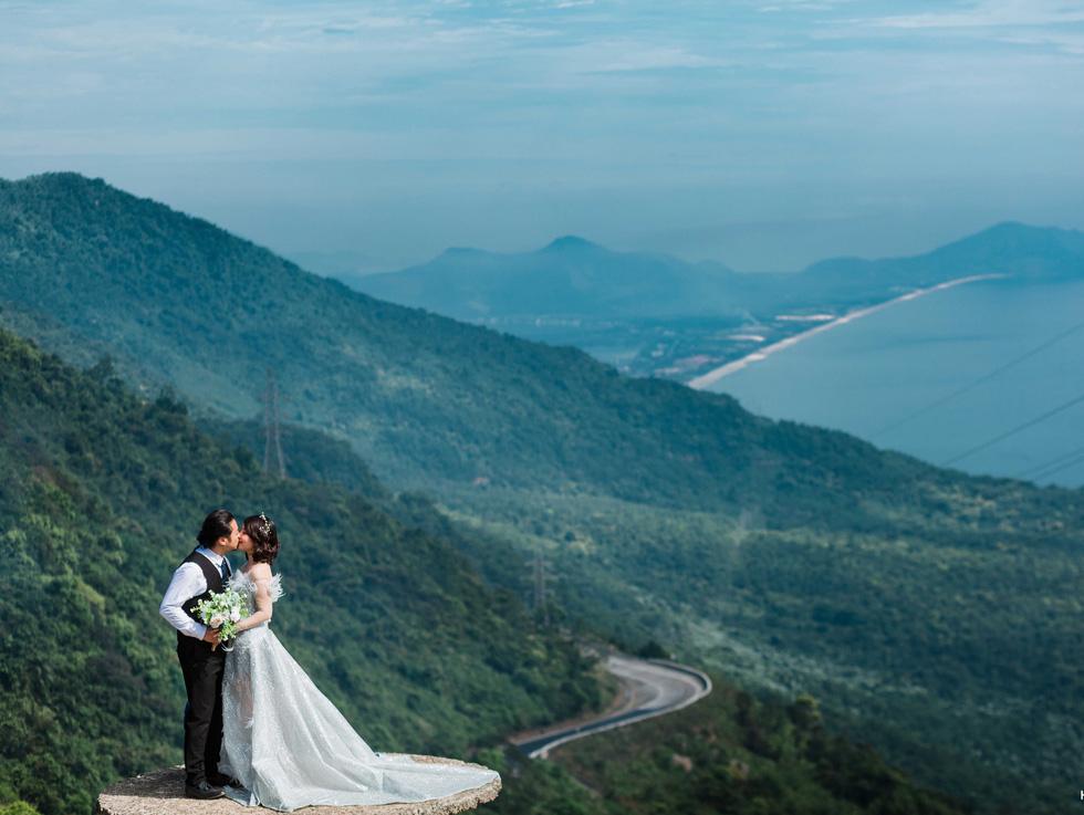 Giới trẻ ùn ùn kéo đến Đà Nẵng chụp ảnh cưới cuối tuần - Ảnh 15.