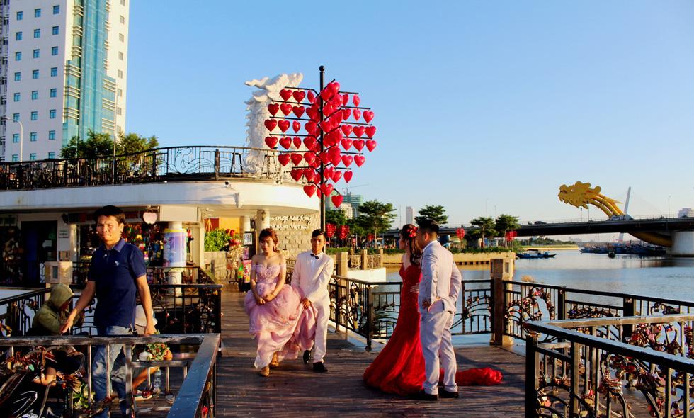 Giới trẻ ùn ùn kéo đến Đà Nẵng chụp ảnh cưới cuối tuần - Ảnh 3.