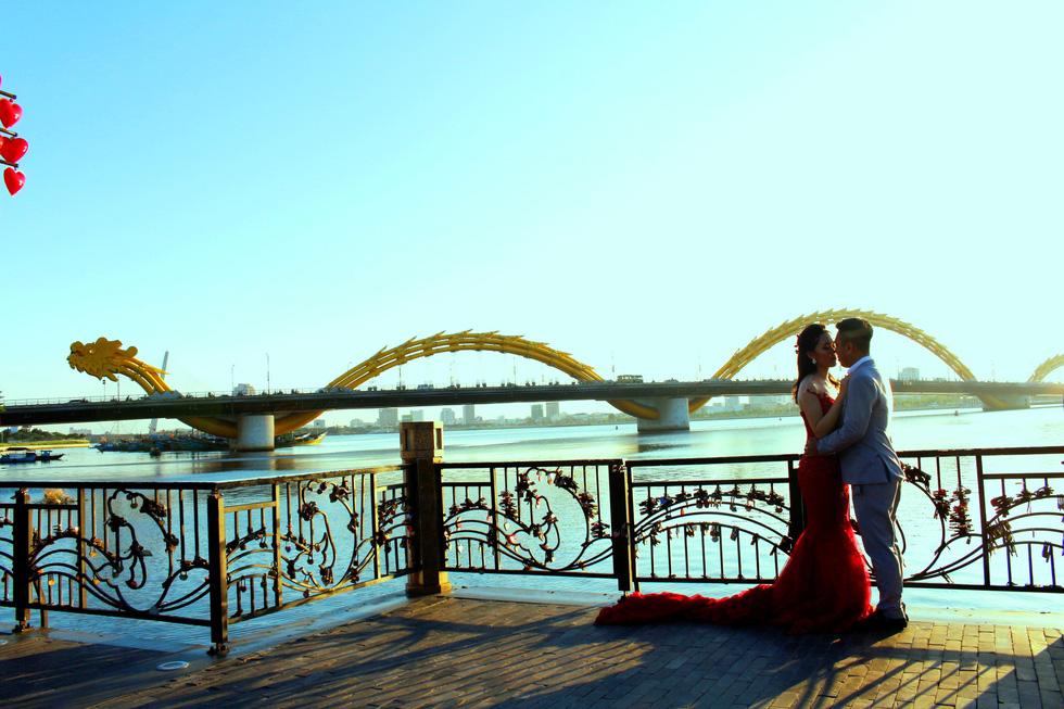 Giới trẻ ùn ùn kéo đến Đà Nẵng chụp ảnh cưới cuối tuần - Ảnh 6.