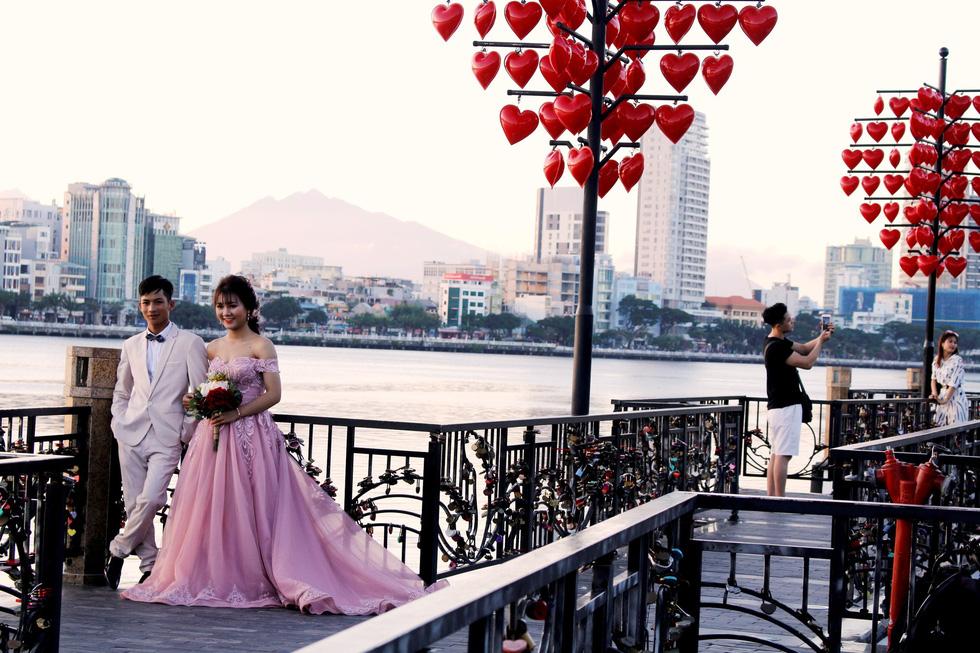 Giới trẻ ùn ùn kéo đến Đà Nẵng chụp ảnh cưới cuối tuần - Ảnh 5.