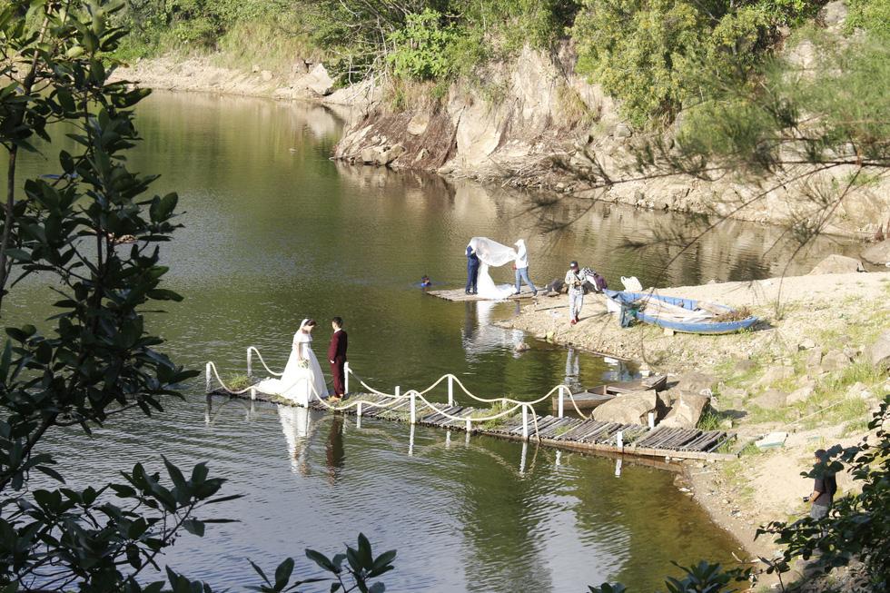 Giới trẻ ùn ùn kéo đến Đà Nẵng chụp ảnh cưới cuối tuần - Ảnh 8.