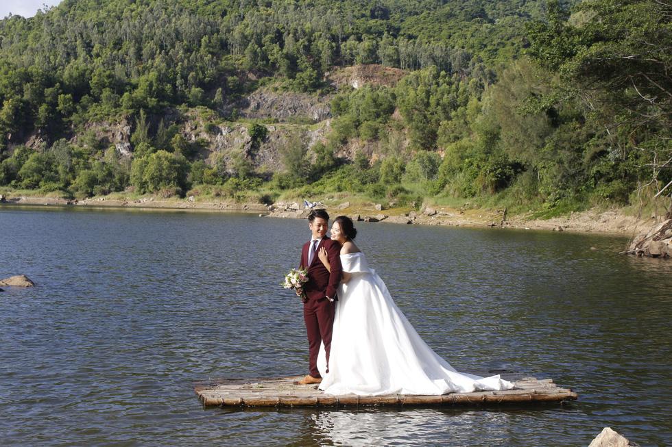 Giới trẻ ùn ùn kéo đến Đà Nẵng chụp ảnh cưới cuối tuần - Ảnh 9.