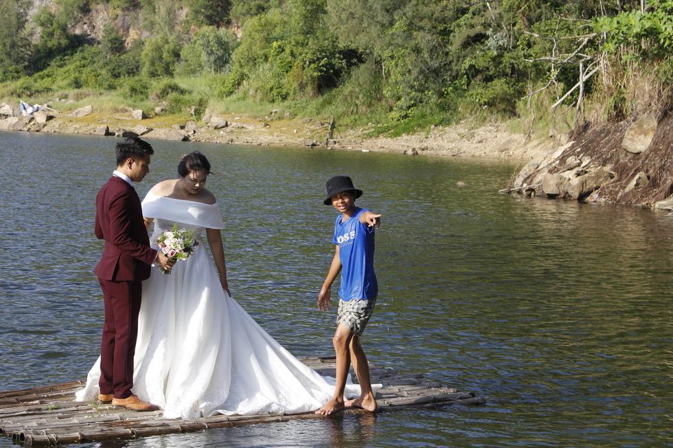 Giới trẻ ùn ùn kéo đến Đà Nẵng chụp ảnh cưới cuối tuần - Ảnh 10.