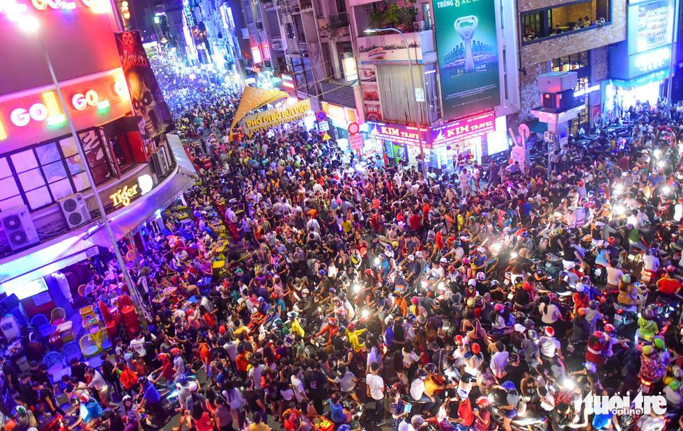 Người Việt cũng đổ xô đến phố Tây Bùi Viện chơi Halloween - Ảnh 1.