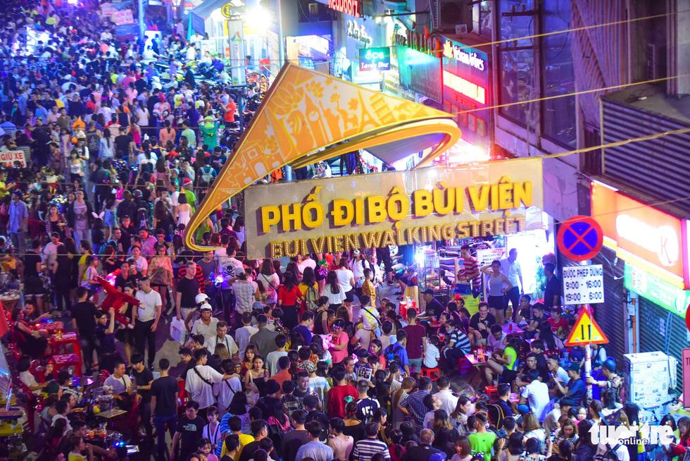 Người Việt cũng đổ xô đến phố Tây Bùi Viện chơi Halloween - Ảnh 3.
