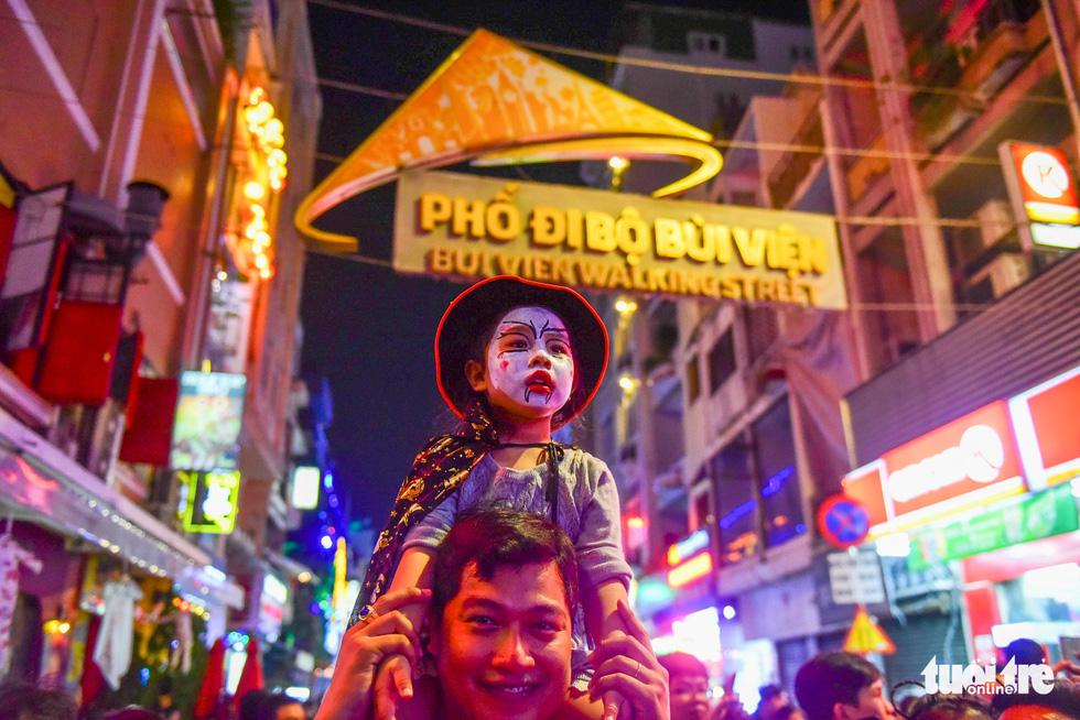 Người Việt cũng đổ xô đến phố Tây Bùi Viện chơi Halloween - Ảnh 2.