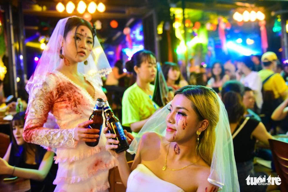 Người Việt cũng đổ xô đến phố Tây Bùi Viện chơi Halloween - Ảnh 4.