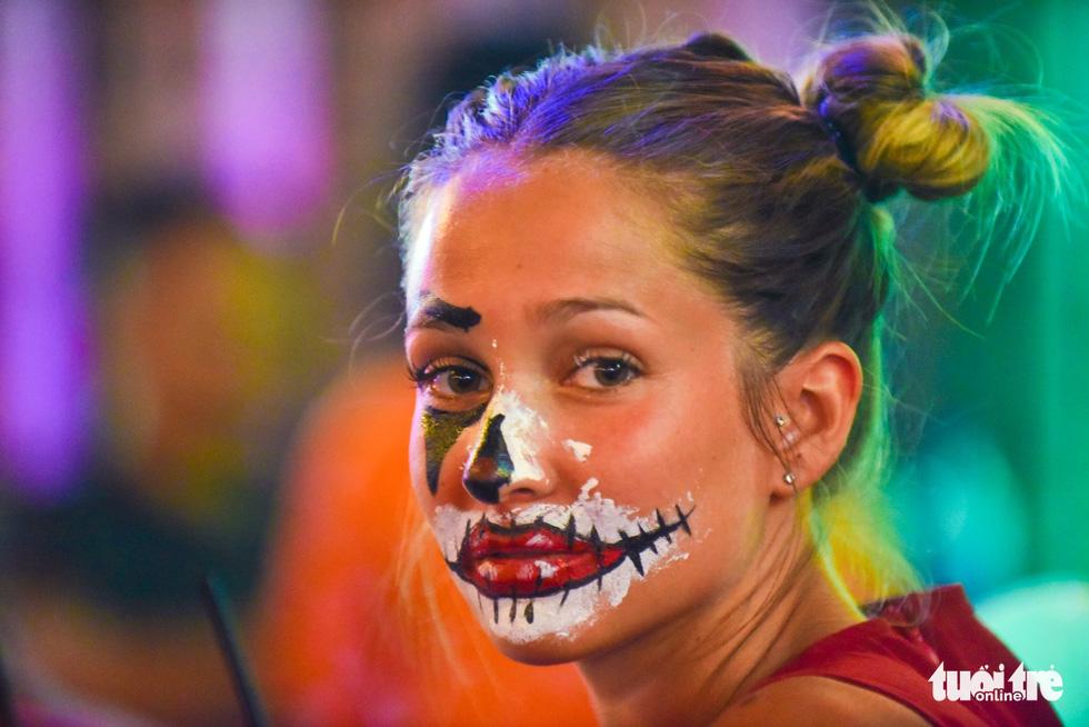 Người Việt cũng đổ xô đến phố Tây Bùi Viện chơi Halloween - Ảnh 6.