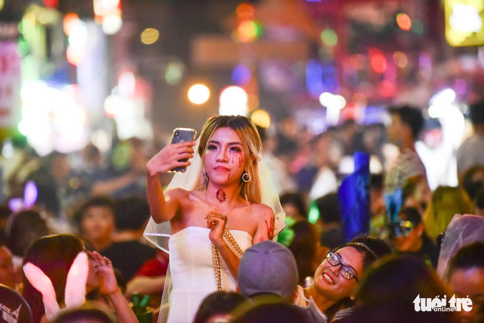 Người Việt cũng đổ xô đến phố Tây Bùi Viện chơi Halloween - Ảnh 7.