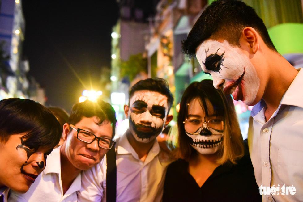 Người Việt cũng đổ xô đến phố Tây Bùi Viện chơi Halloween - Ảnh 8.