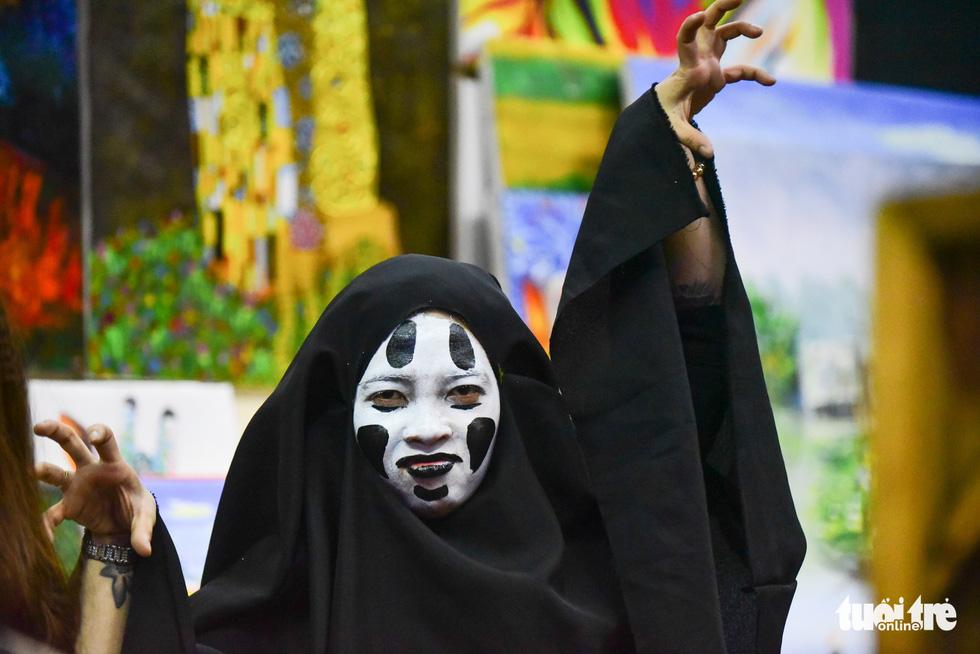 Người Việt cũng đổ xô đến phố Tây Bùi Viện chơi Halloween - Ảnh 9.