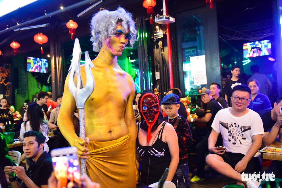 Người Việt cũng đổ xô đến phố Tây Bùi Viện chơi Halloween - Ảnh 10.