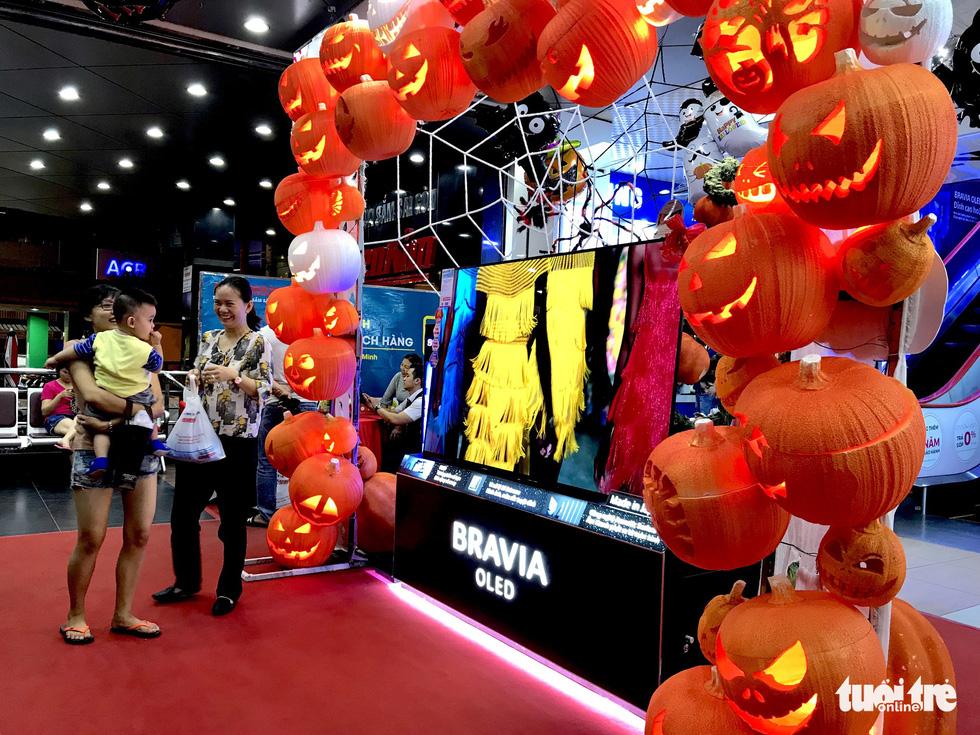 Halloween sôi động săn hàng giảm giá, chụp hình thả ga - Ảnh 3.