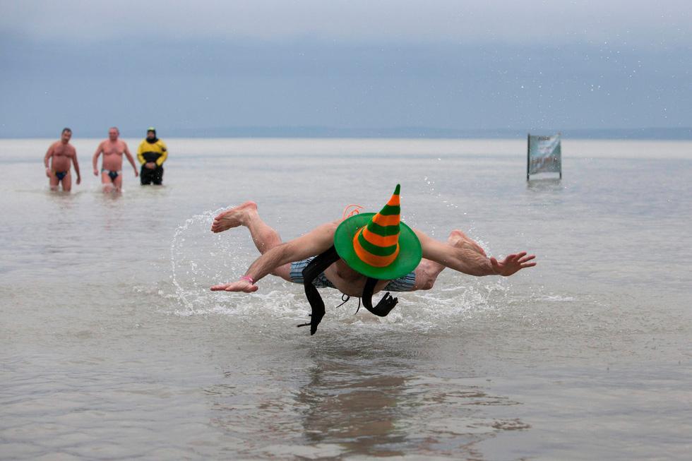 Bơi trong nước lạnh mừng năm mới ở khắp nơi - Ảnh 13.