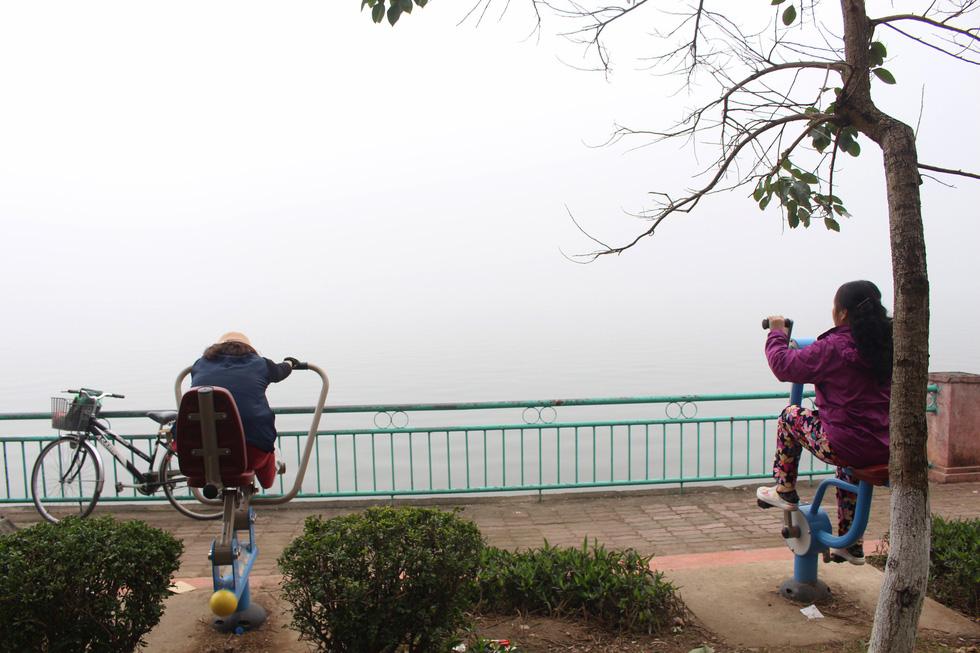 Đến gần trưa, Hà Nội vẫn chìm trong sương mù - Ảnh 1.