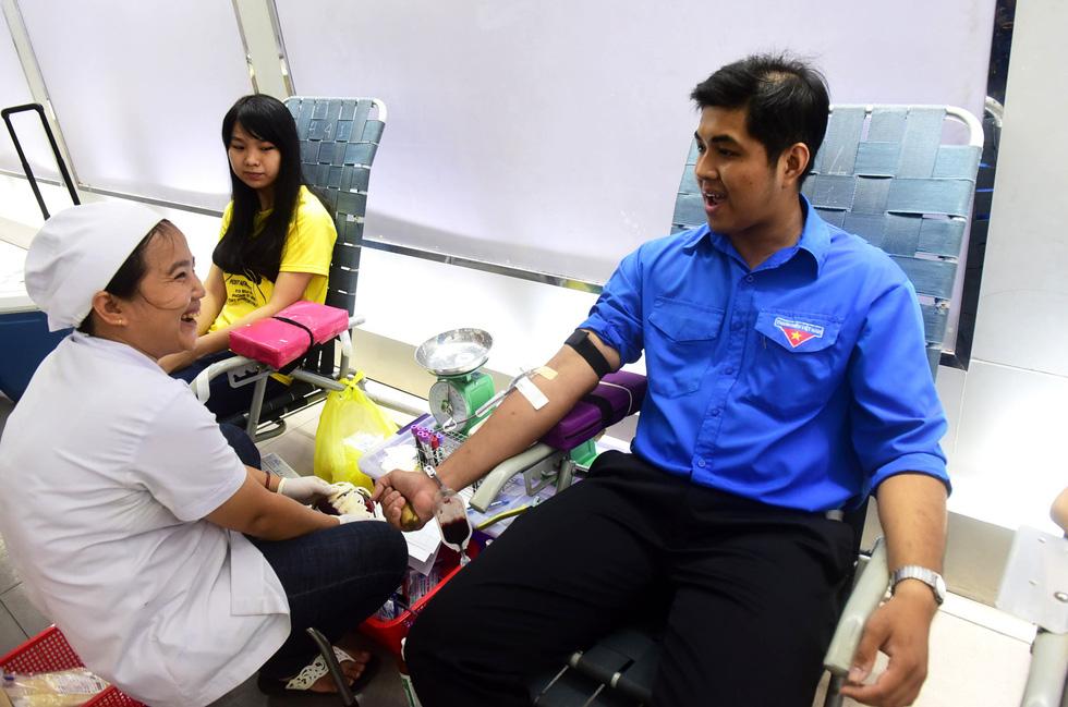 Bạn trẻ Sài Gòn rủ nhau hiến máu cứu người - Ảnh 3.