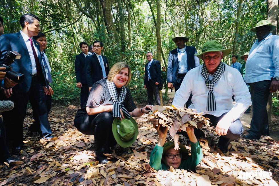 Chủ tịch Cuba cùng phu nhân tham quan địa đạo Củ Chi - Ảnh 2.