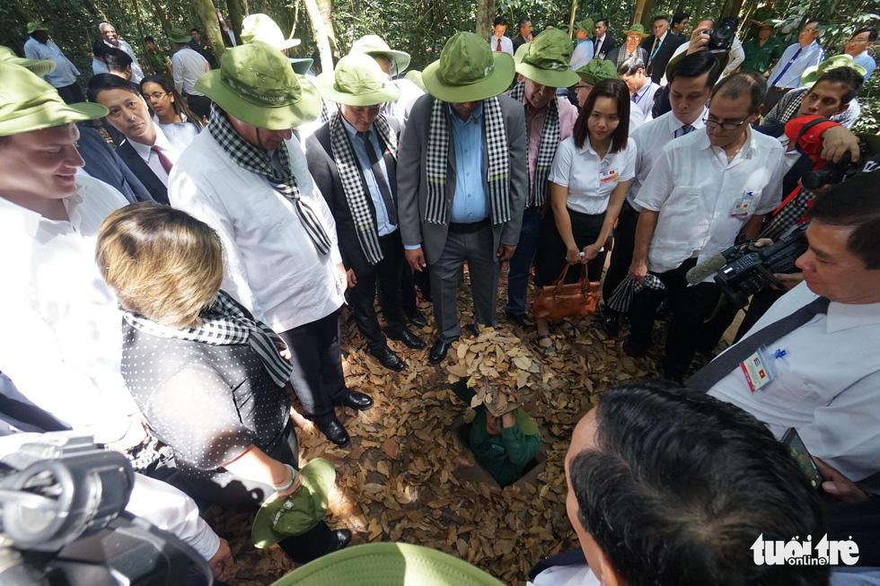 Chủ tịch Cuba cùng phu nhân tham quan địa đạo Củ Chi - Ảnh 3.