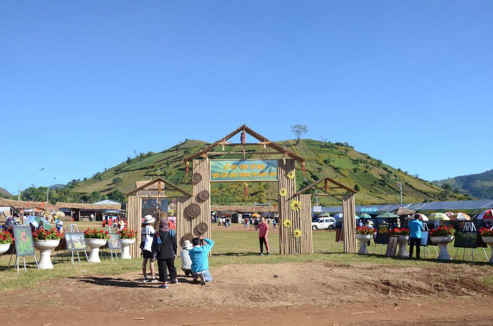 Lễ hội Hoa dã quỳ khai mạc trên núi lửa Chư Đăng Ya - Ảnh 8.