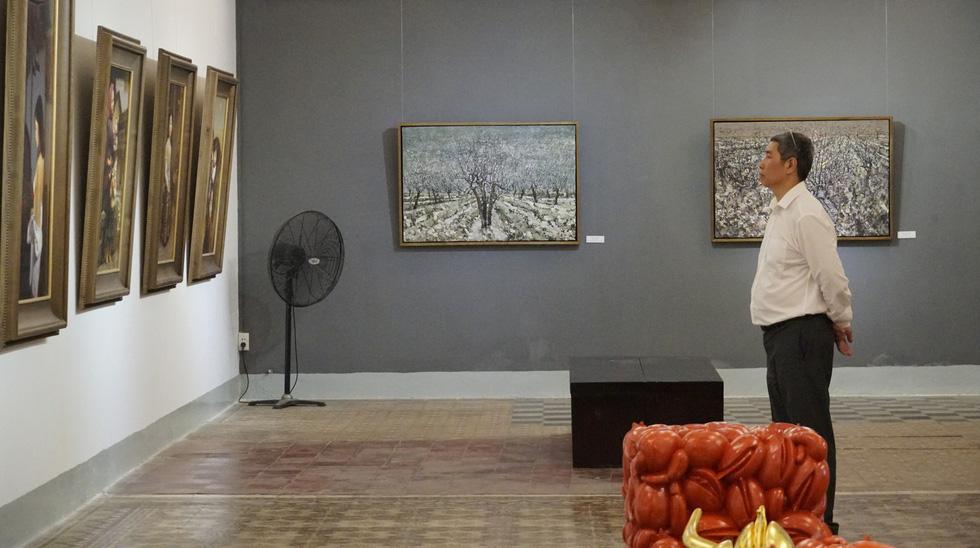 Có gì ở triển lãm tranh hiện thực đang thu hút khách tham quan Sài Gòn? - Ảnh 1.