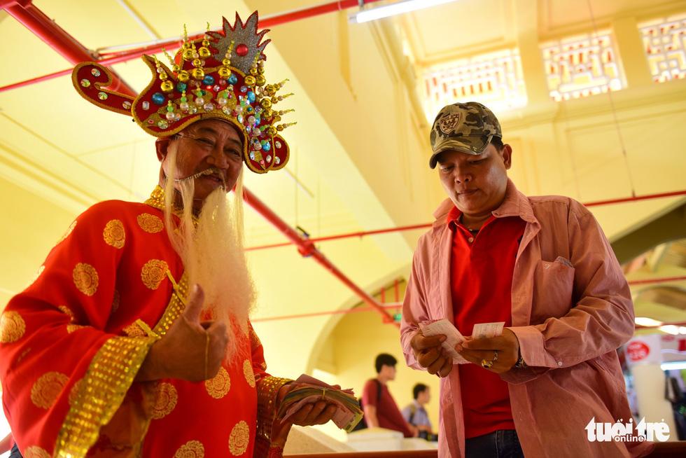 Chợ Bình Tây mở cửa trở lại sau 2 năm tu sửa - Ảnh 8.