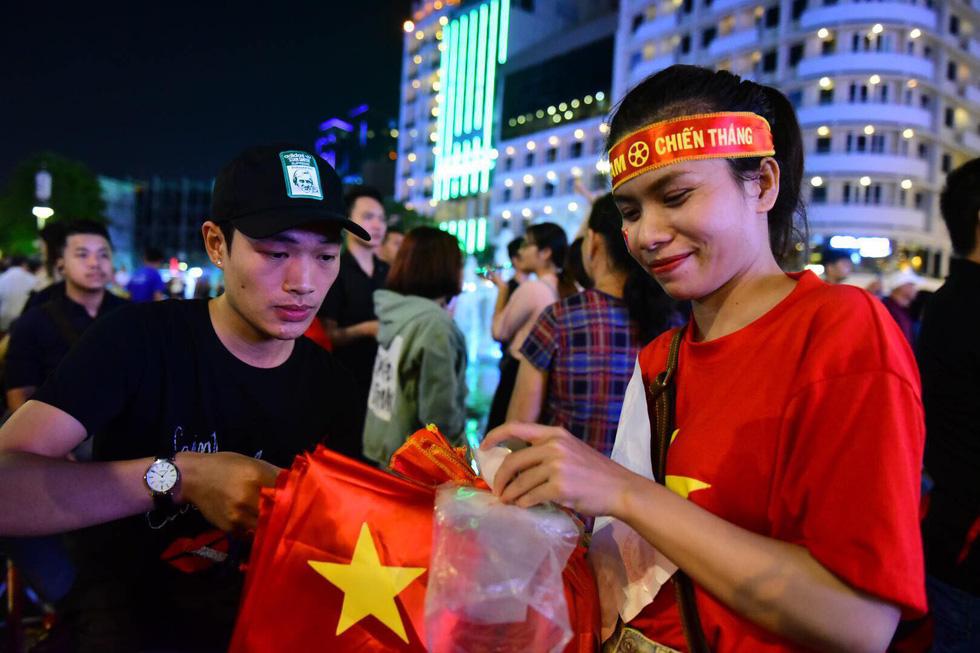 Phố đi bộ Nguyễn Huệ sôi nổi trận Việt Nam - Malaysia - Ảnh 7.