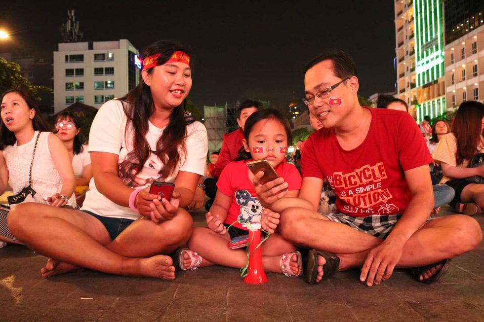 Phố đi bộ Nguyễn Huệ sôi nổi trận Việt Nam - Malaysia - Ảnh 2.
