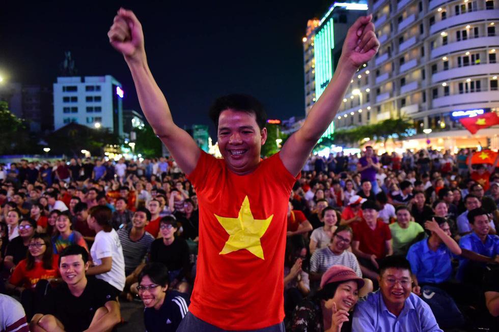 Phố đi bộ Nguyễn Huệ sôi nổi trận Việt Nam - Malaysia - Ảnh 12.