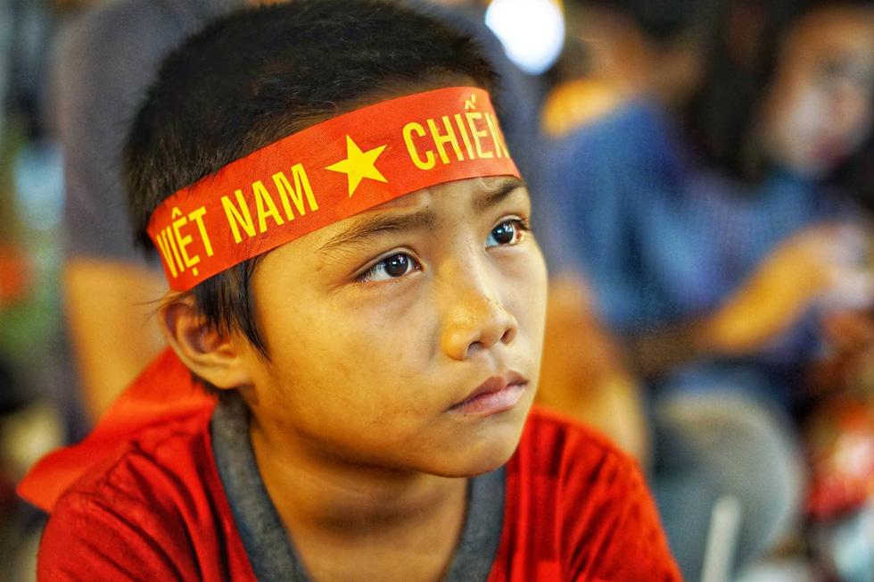 Phố đi bộ Nguyễn Huệ sôi nổi trận Việt Nam - Malaysia - Ảnh 1.