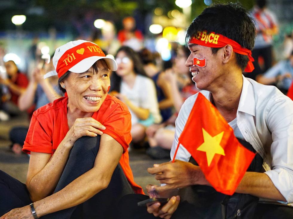 Phố đi bộ Nguyễn Huệ sôi nổi trận Việt Nam - Malaysia - Ảnh 4.