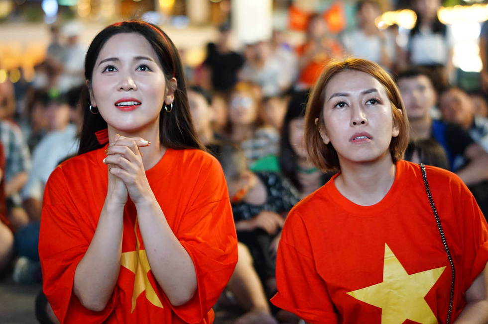 Phố đi bộ Nguyễn Huệ sôi nổi trận Việt Nam - Malaysia - Ảnh 10.