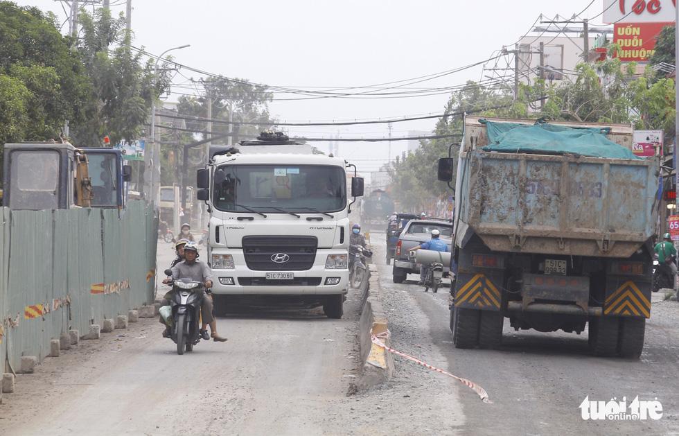 Khốn khổ vì bụi bặm, bẫy ổ gà trên đường Huỳnh Tấn Phát - Ảnh 3.