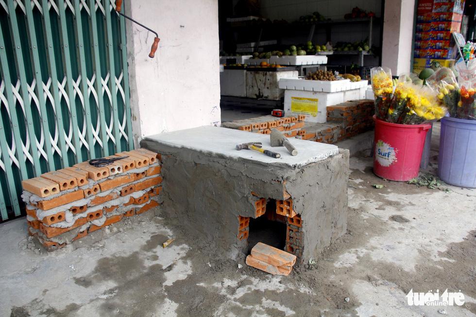 Khốn khổ vì bụi bặm, bẫy ổ gà trên đường Huỳnh Tấn Phát - Ảnh 4.