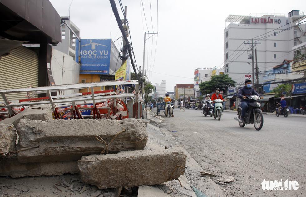Khốn khổ vì bụi bặm, bẫy ổ gà trên đường Huỳnh Tấn Phát - Ảnh 5.