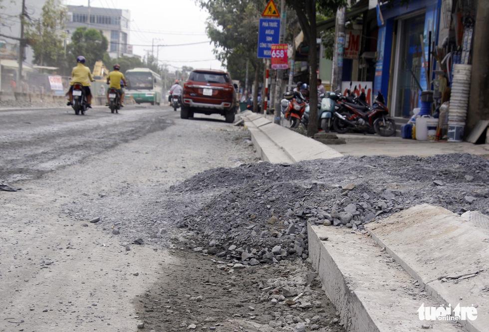 Khốn khổ vì bụi bặm, bẫy ổ gà trên đường Huỳnh Tấn Phát - Ảnh 6.