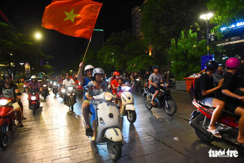 Tuyển Việt Nam thắng, cháu chở ngoại đi bão tại Sài Gòn - Ảnh 10.