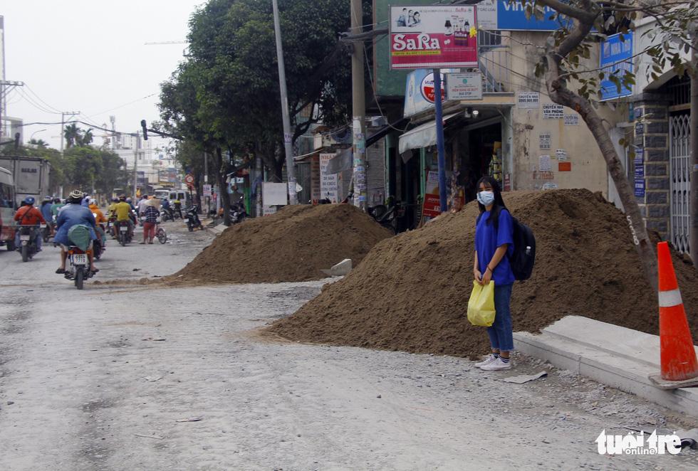 Khốn khổ vì bụi bặm, bẫy ổ gà trên đường Huỳnh Tấn Phát - Ảnh 7.