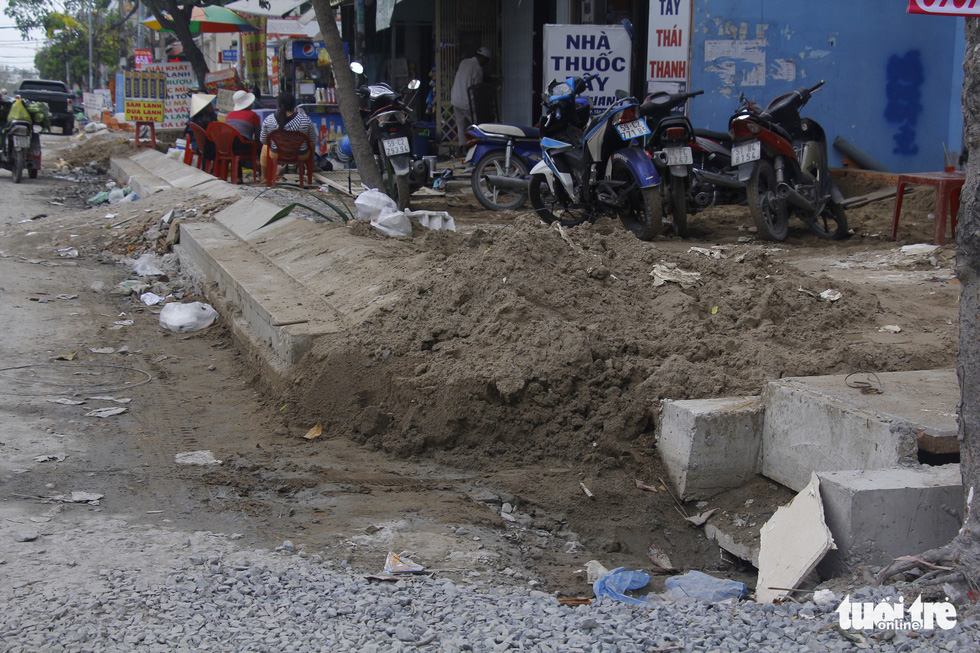 Khốn khổ vì bụi bặm, bẫy ổ gà trên đường Huỳnh Tấn Phát - Ảnh 8.