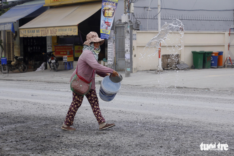 Khốn khổ vì bụi bặm, bẫy ổ gà trên đường Huỳnh Tấn Phát - Ảnh 9.