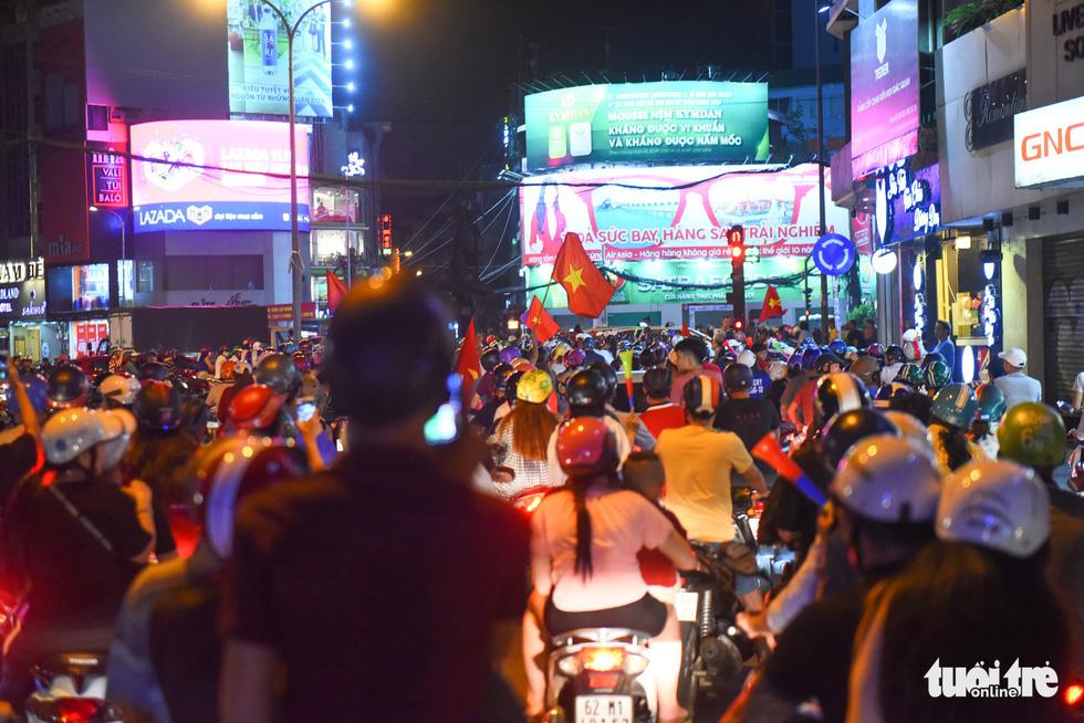 Tuyển Việt Nam thắng, cháu chở ngoại đi bão tại Sài Gòn - Ảnh 13.