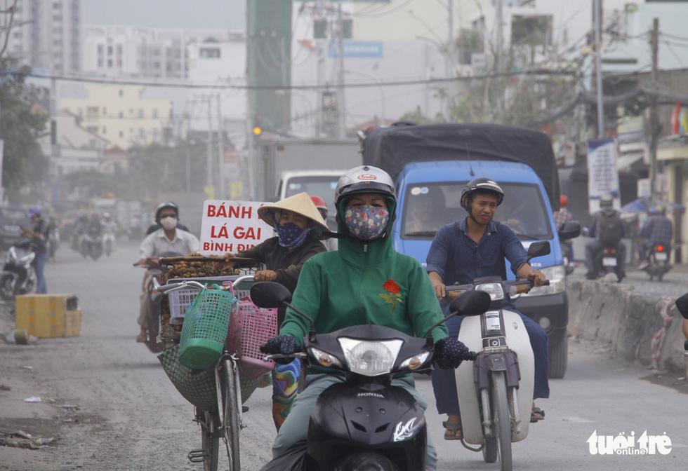 Khốn khổ vì bụi bặm, bẫy ổ gà trên đường Huỳnh Tấn Phát - Ảnh 10.