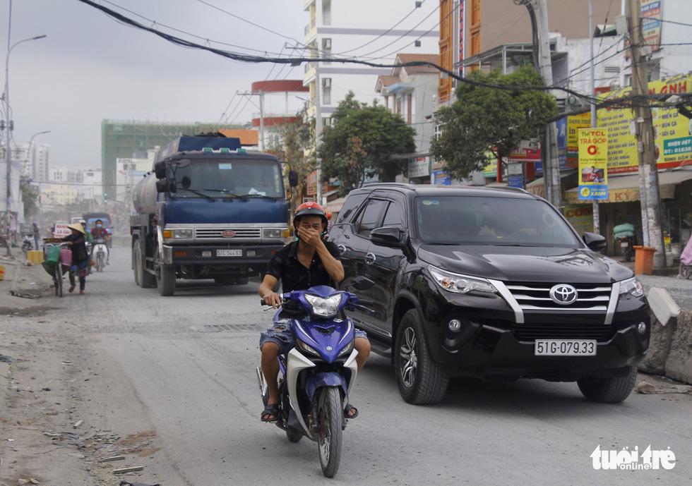 Khốn khổ vì bụi bặm, bẫy ổ gà trên đường Huỳnh Tấn Phát - Ảnh 2.