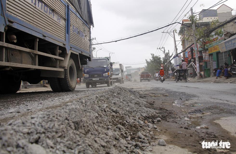Khốn khổ vì bụi bặm, bẫy ổ gà trên đường Huỳnh Tấn Phát - Ảnh 11.