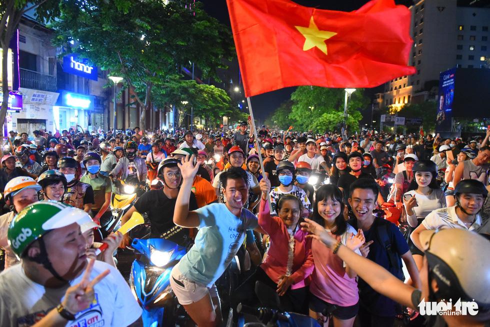 Tuyển Việt Nam thắng, cháu chở ngoại đi bão tại Sài Gòn - Ảnh 1.