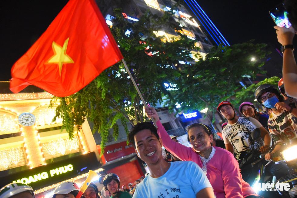 Tuyển Việt Nam thắng, cháu chở ngoại đi bão tại Sài Gòn - Ảnh 2.