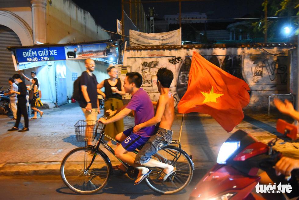 Tuyển Việt Nam thắng, cháu chở ngoại đi bão tại Sài Gòn - Ảnh 4.