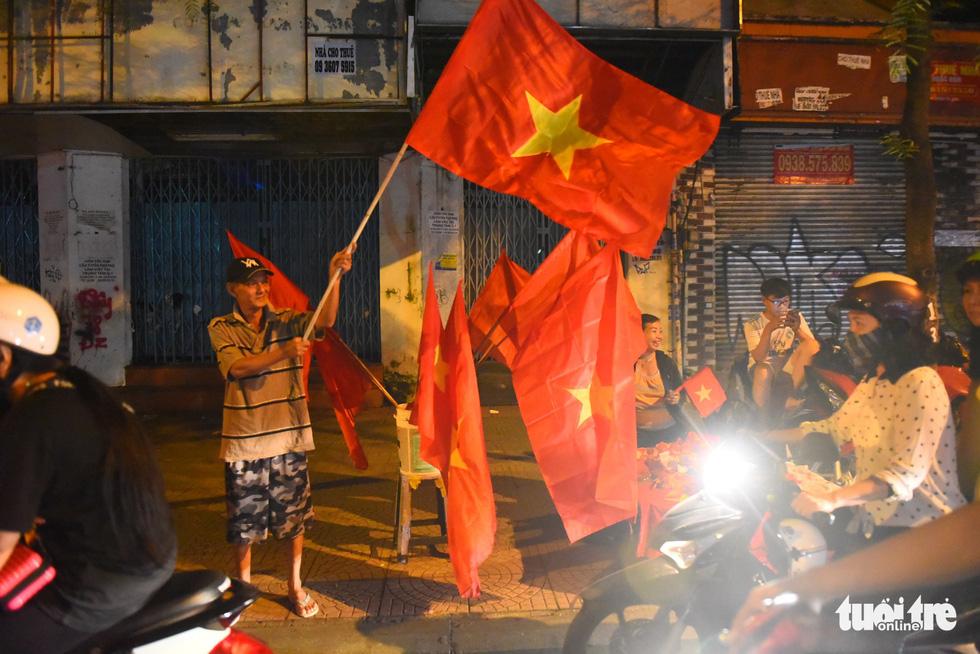 Tuyển Việt Nam thắng, cháu chở ngoại đi bão tại Sài Gòn - Ảnh 9.