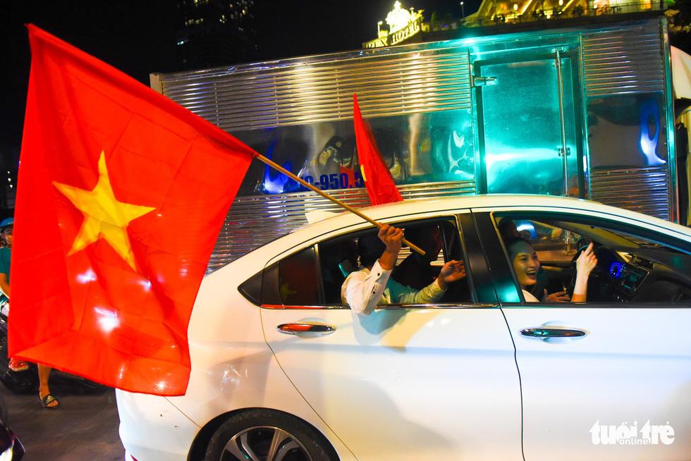 Tuyển Việt Nam thắng, cháu chở ngoại đi bão tại Sài Gòn - Ảnh 8.